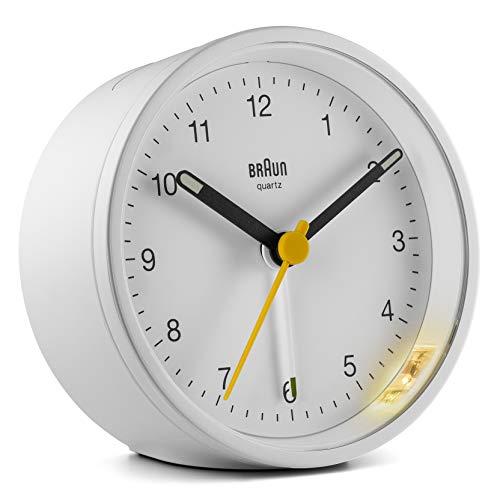 Klassischer analoger Wecker von Braun mit Schlummerfunktion und Licht, ruhiges Quarzuhrwerk, Crescendo-Alarm in Weiß, modell BC12W.