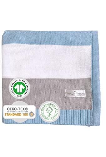Babydecke aus 100{d30f7cef54b456f73c206e4e4bd3a701d3cac37b26ba98a0d7d31effacfb1b8d} Bio Baumwolle - kuschelige Strickdecke ideal als Baby Decke, Erstlingsdecke, Wolldecke oder Baby Kuscheldecke in blau/grau/weiß für Jungen
